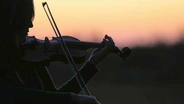 Cinematic closeup of girl playing violin at dusk Royalty-free stock video
