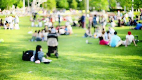 Crowd of people in city park summertime out of focus shot Royalty-free stock video