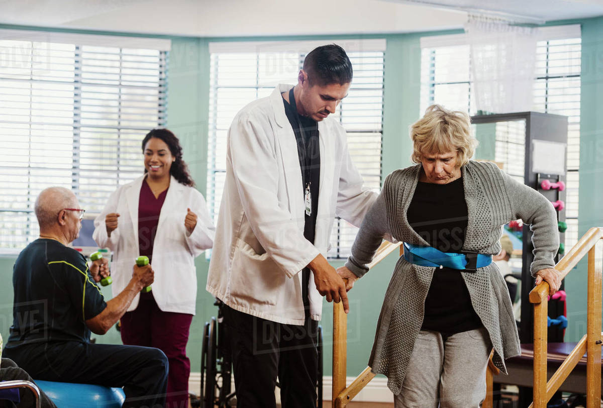 Senior people exercising with therapists during physical therapy Royalty-free stock photo