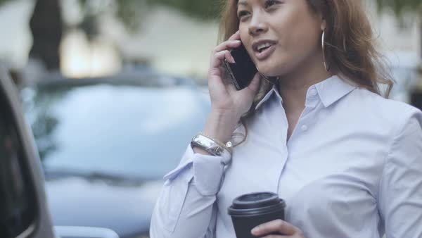 Hand-held shot a business woman talking on a smartphone Royalty-free stock video
