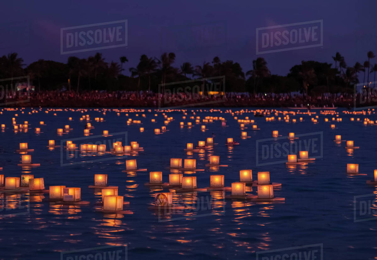 Floating lanterns at the Lantern Floating Hawaii Ceremony, in Ala ... for lanterns at night beach  303mzq