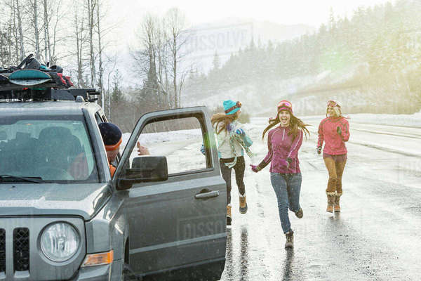 Women running to car in winter Royalty-free stock photo