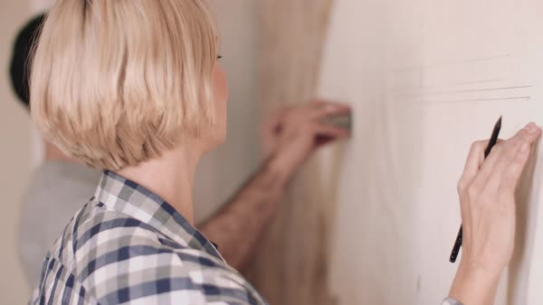Adult couple measuring wall in new home Royalty-free stock video