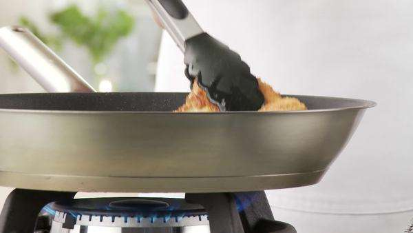 A breaded escalope being fried crispy in a pan Royalty-free stock video