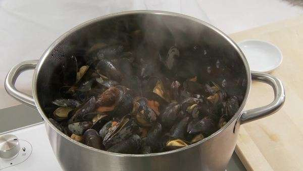 Cooked mussels being stirred Royalty-free stock video