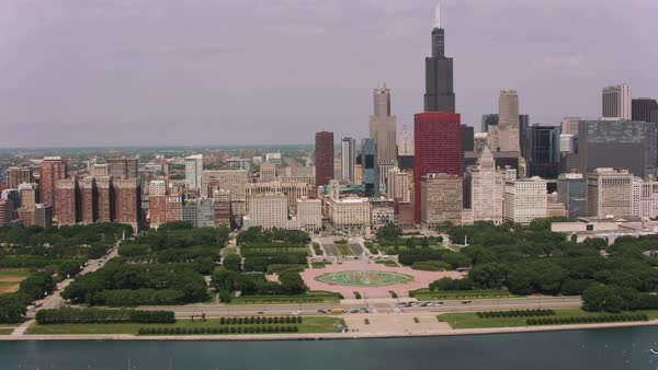 Flying over Buckingham Fountain and downtown Chicago.   Royalty-free stock video