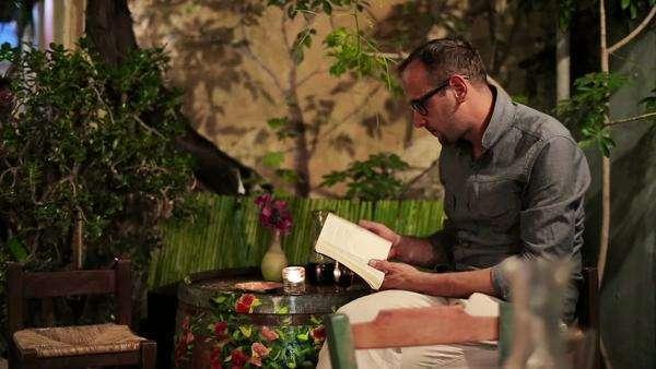 """Résultat de recherche d'images pour """"drunk man reading book"""""""