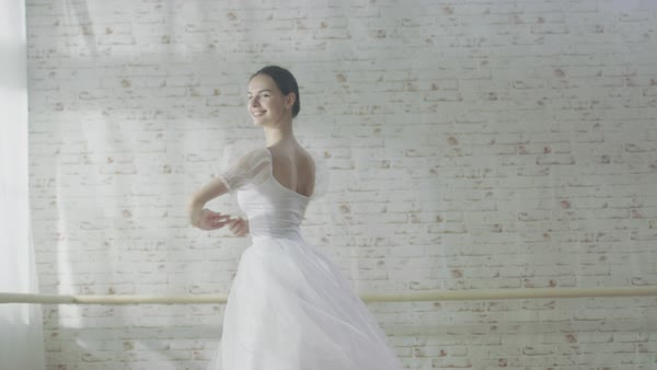 Young and beautiful ballerina dancing en pointe Royalty-free stock video
