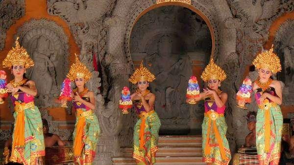 Ubud Bali Indonesia 15 08 2015 Group Of Balinese Dancers Dancing