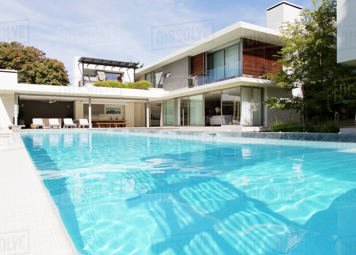 Modern house and swimming pool D985_7_532